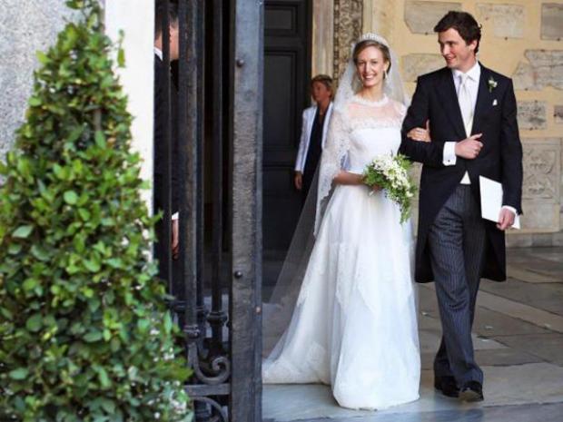 Hoàng tử Amedeo của Bỉ kết hôn cùng vợ là nhà báo Elisabetta Rosboch von Wolkenstein vào năm 2014. Trong đám cưới, Elisabetta Rosboch mặc trang phục váy trắng tinh khôi và khá giản dị nhưng không kém phần tinh tế. Phần voan trùm đầu nhẹ nhàng dài tới 5m.