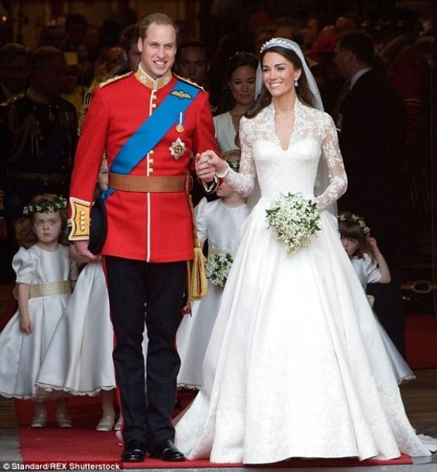 Công nương Kate Middleton kết hôn với Hoàng tử Anh William vào năm 2011. Tại buổi lễ này, cô mặc một bộ váy cưới của Alexander McQueen rất nổi tiếng.Chiếc váy mang phong cách cổ điển, đậm chất Hoàng gia được làm từ chất liệu satin trắng ngà đi cùng một tấm voan trùm nhẹ nhàng, thanh khiết. Cổ chữ V gợi cảm mà kín đáo, ống tay dài, đuôi váy dài 2,7m. Bộ váy cưới của Công nương Katecó giá trị lên tới 434.000 USD. (tương đương 9,8 tỉ đồng).