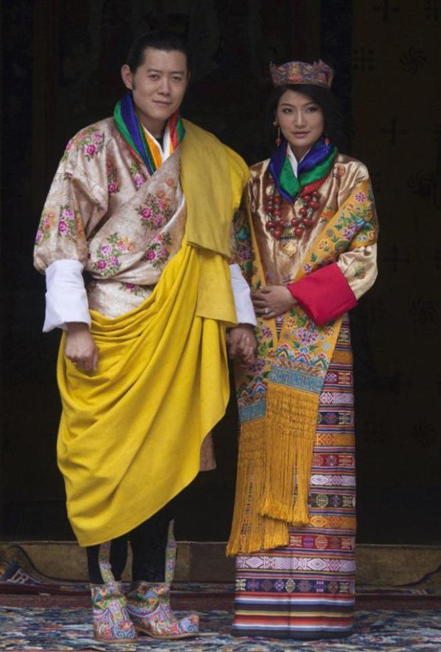 Nhà vua Butan Jigme Khesar Namgyel Wangchuck kết hôn cùng Hoàng hậu Jetsun Pema vào năm 2011 tại thủ đô Punakha. Trong đám cưới, vị Hoàng hậu này đã lựa chọn trang phục áo cưới truyền thống kiras của Bhutan. Chiếc váy được dệt từ lụa thiên nhiên và mất hàng tháng trời để hoàn thành các chi tiết.