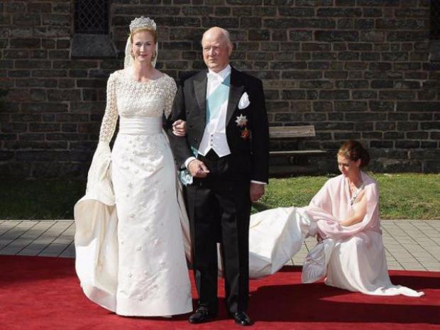 Trong lễ cưới, con gái út của Hoàng tử Đan Mạch lựa chọn thiết kế của Henrik Hviid. Chiếc váy được thiết kế với phần thân áo là vải ren thêu, váy được trang trí với các hạt kim sa trang trọng.