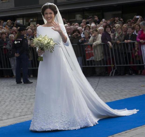 Năm 2013, Viktoria Cservenyak - một cựu luật sư và nhà văn nổi tiếng, kết hôn với Hoàng tử Jamie của Hà Lan. Trong ngày trọng đại, cô chọn bộ trang phục của một nhà thiết kế người Đan Mạch là Claes Iversen.Bộ váy trông cực kì đơn giản, phần đuôi váy được làm nổi bật với những họa tiết nổi 3D.