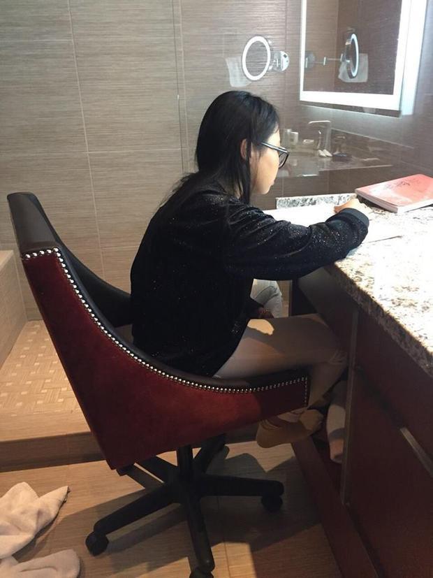 Phương Mỹ Chi vào toilet học bài khi lưu diễn ở Mỹ.