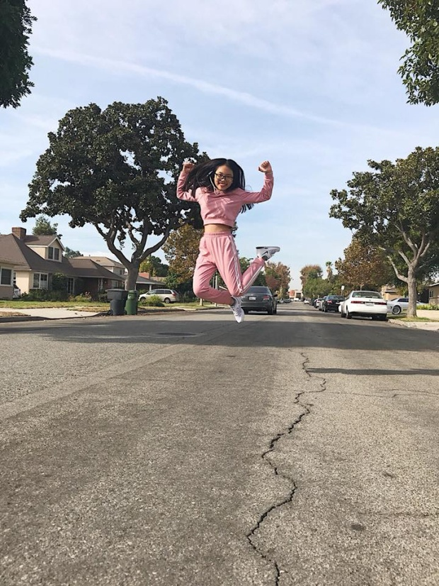 Cô bé hào hứng trong lần đầu tiên đặt chân đến Mỹ.