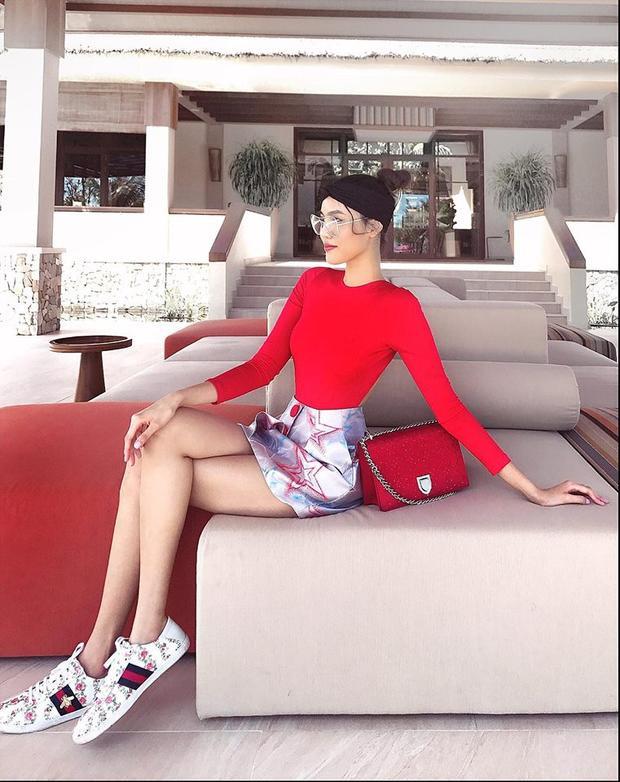 Hoa khôi Áo dài biến hoá sinh động gu thời trang của mình, khi thì trẻ trung, hiện đại, lúc thì cá tính, sành điệu. Set đồ trong ảnh hoàn toàn mang đến phần nhìn ấn tượng cho chân dài 25 tuổi.