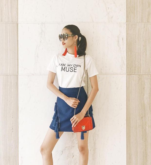 """Chỉ phối áo thun trắng cùng chân váy, phụ kiện nổi bật thôi, Hoa khôi Áo dài đã trở thành """"cô nàng xu hướng""""."""
