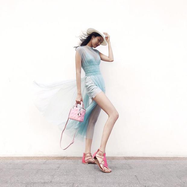 """Trở về với trang phục nữ tính, người mẫu lựa chọn chất liệu mềm mại, phụ kiện hồng pastel đi kèm tôn tổng thể trở nên ngọt ngào """"không thể chối từ""""."""