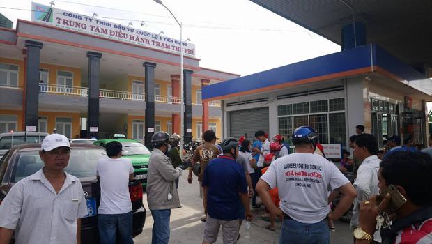 Nhiều tài xế tụ tập trước cổng Trung tâm điều hành trạm thu phí BOT Cai Lậy yêu cầu được nhận tiền thừa.