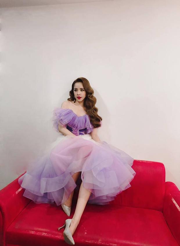 """Trong MV mới nhất, Chi Pu cũng nhanh chóng cập nhật cho mình kiểu tóc xoăn sóng nhẹ nhàng """"hoa hậu"""". Mái tóc giúp tôn lên khuôn mặt trái xoan, cùng sống mũi thanh tú của nữ diễn viên."""