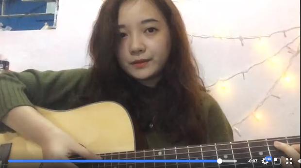 Cô gái vừa đệm đàn vừa hát