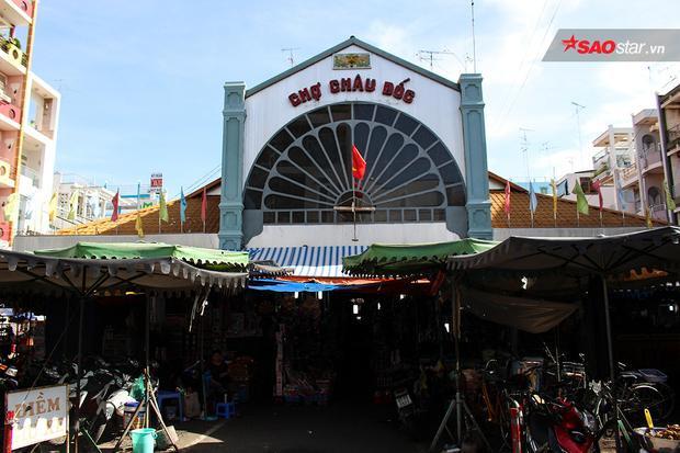 Chợ Châu Đốc là địa điểm bán các mặt hàng mắm, thủy hải sản khô lớn miền Tây Nam Bộ.