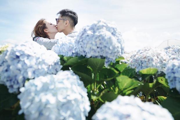 Cặp đôi không ngại ngần trao nhau những cử chỉ tình tứ.