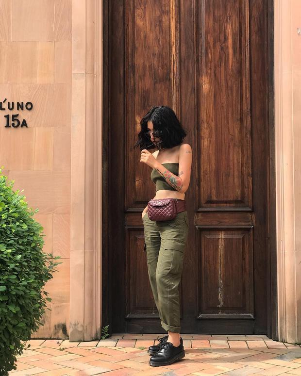 Các hot girl sành điệu tất nhiên là không thể nào bỏ qua chiếc áo này được rồi. Trong ảnh là Louis Hà, hot girl mi nhon nhưng lại chỉ trung thành với kiểu áo crop top kết hợp với quần ống rộng.