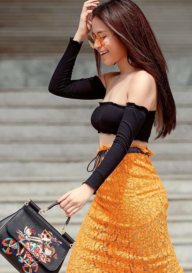 Ca sĩ xinh đẹp Hoàng Thùy Linh cũng đã có lần diện chiếc áo siêu sexy dạng này. Cô kết hợp với chân váy ren màu vàng tạo dáng vẻ thanh thoát, quyến rũ.