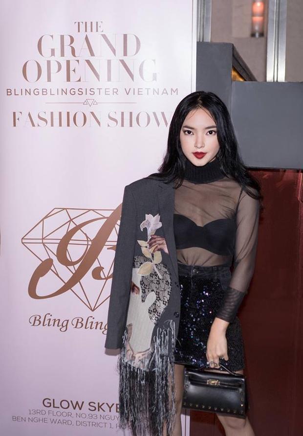 Cô bạn Châu Bùi thì ưa thích bra crop top siêu sexy, kết hợp với áo vải sheer trong suốt rất hút mắt.