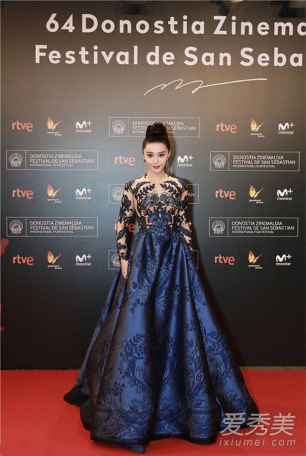 Một diện mạo hoàn toàn khác, với kiểu đầm công chúa nữ diễn viên vẫn khoe được sự quyến rũ nhờ vào chất liệu voan mỏng ở phần thân váy.