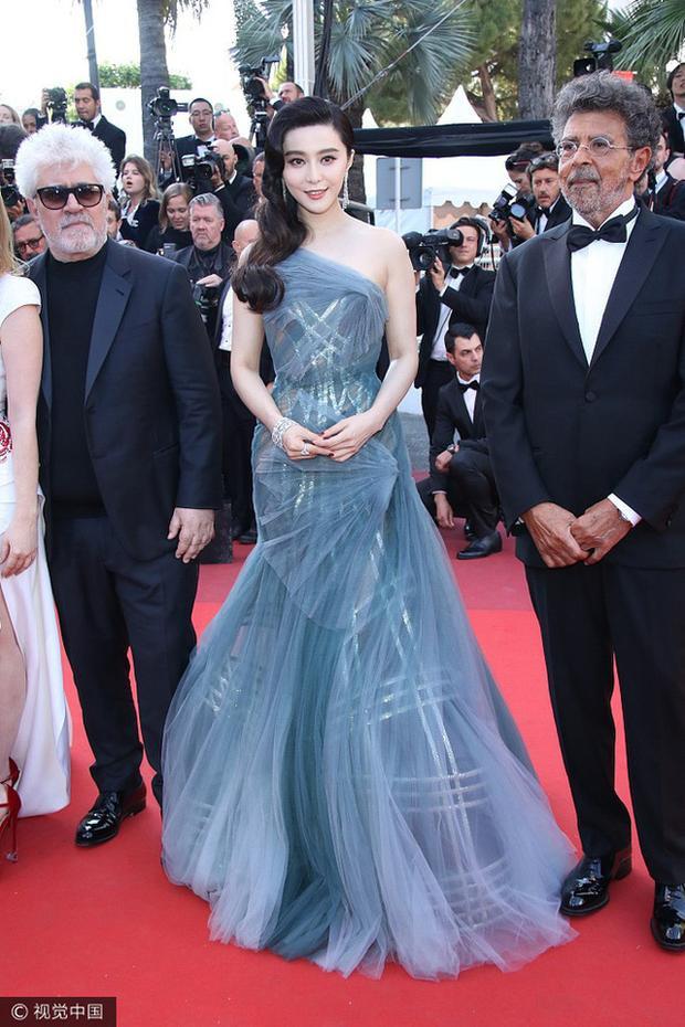 Trên thảm đỏ LHP Cannes, Phạm Băng Băng khoe vóc dáng quyến rũ với bộ đầm xuyên thấu ánh kimhút mắt. Kiểu dáng đầm lệch vai khéo tôn vóc dáng quyến rũ của nữ diễn viên họ Phạm.Mỗi lần xuất hiện cô đều gây ấn tượng vì diện mạo và phong cách thời trang hoàn toàn khác.