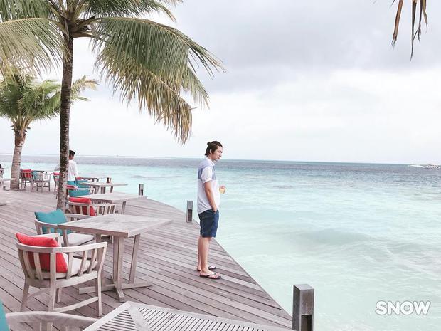 Ông xã Kelvin Khánh cũng khoe ảnh thả dáng bên bờ biển.