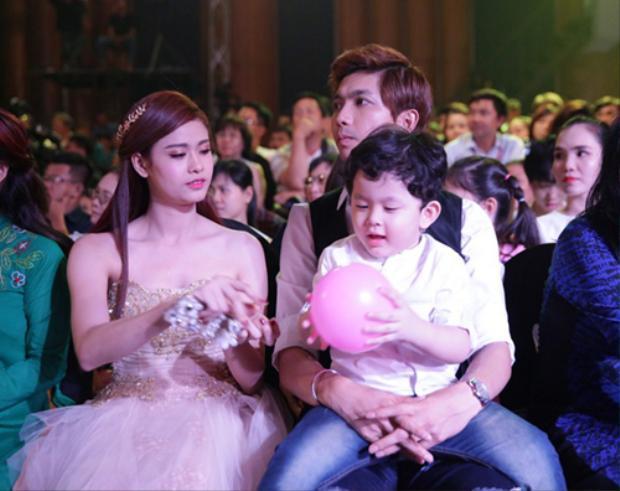 Hậu ảnh nhạy cảm Bình Minh  Trương Quỳnh Anh, bức hình hai gia đình ngồi cạnh nhau ở sự kiện 'gây sốt'