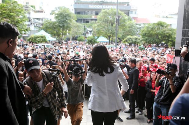 Do lượng khán giả tham gia sự kiện ký đĩa quá đông và lịch trình showcase ngay sau đó đã liền kề, Hoạ tóc nâu không thể ký hết cho các fan.
