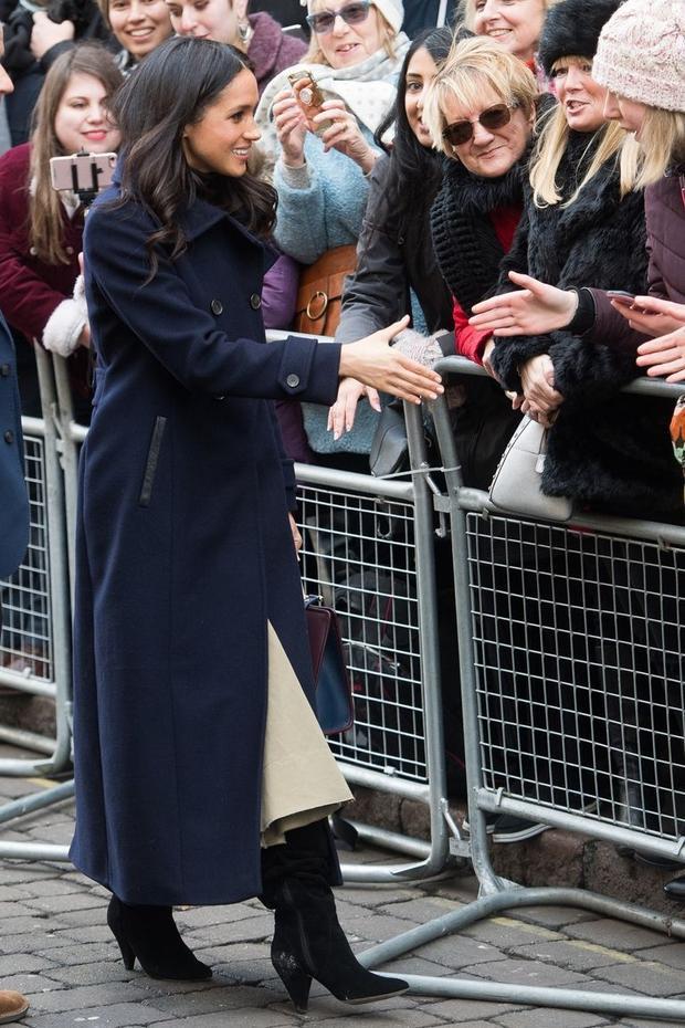 """Chiếc áo được Meghan mặc là chiếc """"Elodie Navy Wool"""" từ hãng thời trang Canada Mackage với giá thị trường £585 (khoảng 16 triệu VND)."""
