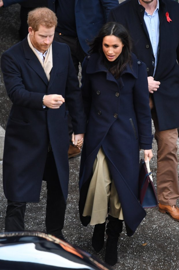 Nàng công nương tương lai chọn trang phục kín cổng cao tường nhưng vẫn thể hiện đẳng cấp mix-match. Đôi bốt đen high-street là sự lựa chọn hoàn hảo khi xuất hiện trong dịp đặc biệt như thế này.