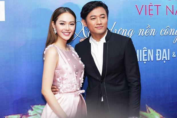 Minh Hằng xinh đẹp rạng rỡ bên cạnh diễn viên Quý Bình. Cô cũng chọn kiểu tóc chải thẳng trẻ trung kết hợp với lối trang điểm tông hồng đất.