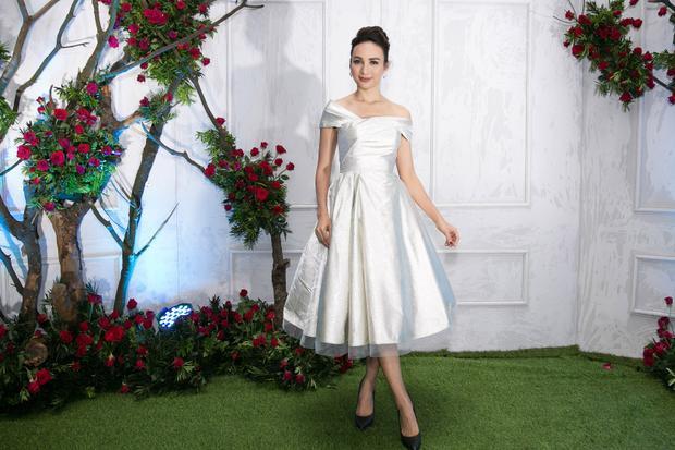 Hoa hậu Ngọc Diễm nhẹ nhàng trong bộ đầm trắng, chất liệu vải phi bóng.