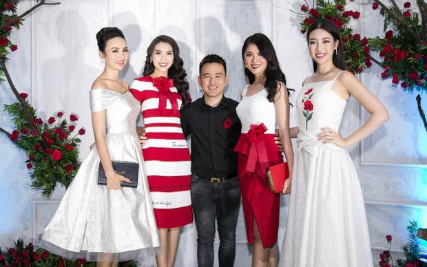 Nhà thiết kế Lê Thanh Hoà cùng các khách mời thân thiết chụp ảnh lưu niệm.