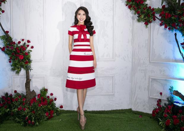 Tường Linh kín đáo trong bộ váy cổ điển, hoạ tiết kẻ sọc trắng đỏ.