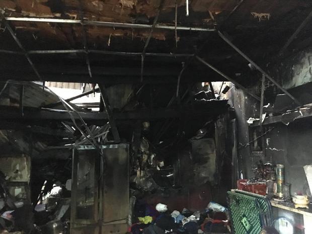 Vụ cháy khiến nhiều đồ đạc trong nhà cũng bị thiêu rụi.