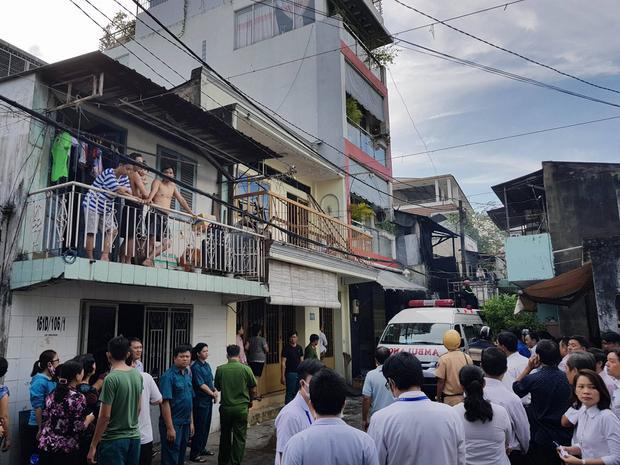 Rất đông người dân tập trung theo dõi vụ việc.