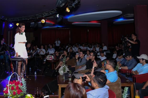 Đông đảo khán giả có mặt để ủng hộ Phan Ngân.