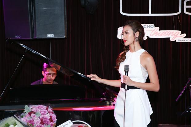 Suốt 2 giờ diễn ra miniconcert,Phan Ngân lần lượt kể câu chuyện đời mình bằng âm nhạc, bằng cảm xúc, ca từ của một cô bé 22 tuổi - ngọt ngào, chân thành và đầy tươi trẻ.