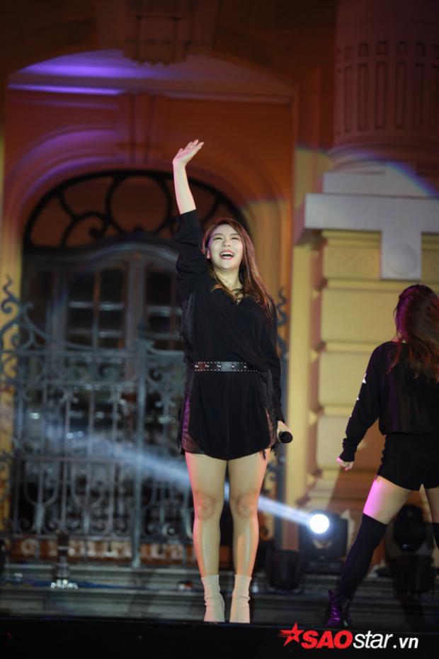 Người đẹp cực kỳ phấn khích trước sự cổ vũ nồng nhiệt của fan Việt.