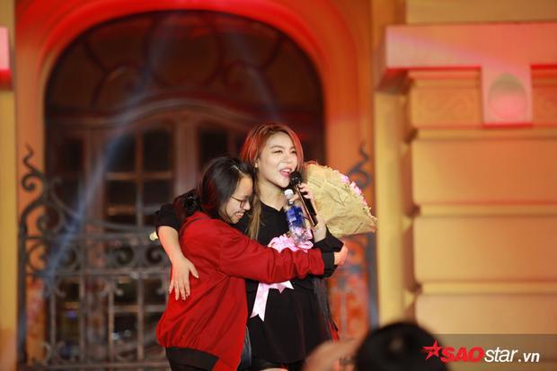 Fan Việt may mắn được ôm và tặng hoa Ailee.