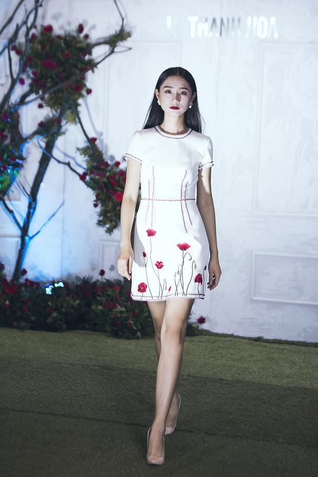 Không hổ nàng thơ lâu năm, Minh Triệu ôm trọn mở màn, chốt màn BST mới của Lê Thanh Hòa