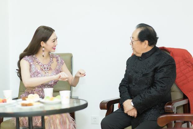 Người đẹp trò chuyện vui vẻ cùng diễn viên Mã Đức Hoa bằng tiếng Hoa. Trước đó, cô mất 2 năm để trau dồi ngoại ngữ này.