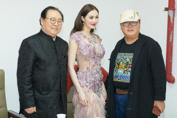 Người đẹp diện váy đính kết khoe đường cong hoàn hảo của NTK Công Trí.