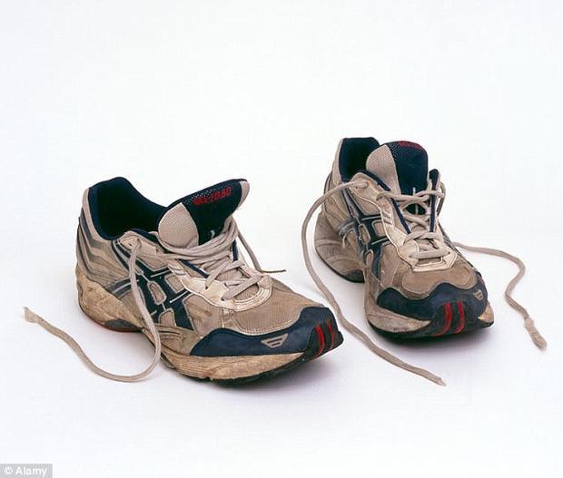 Mặc dù bị bắt, người đàn ông đó vẫn khẳng định giày và tất của anh ta không có mùi.