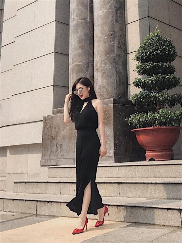 Ngay cả street style của Hương Tràm dạo gần đây cũng đã lên một đẳng cấp mới. Cô nàng đã thôi chọn những bộ quần áo màu mè, thay vào đó là những chiếc váy trơn màu nền nã.