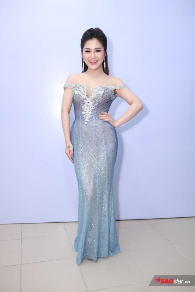 Trước đó, Tràm thật sự tỏa sáng với bộ váy cúp ngực sang trọng trong đêm chung kết Giọng hát Việt nhí 2017.