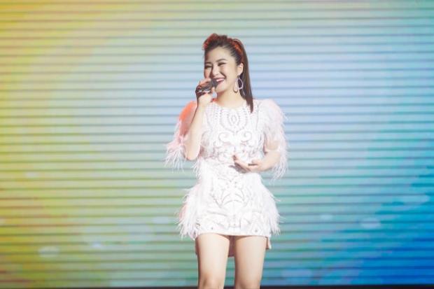 Trên sân khấu biểu diễn, Tràm đã cho thấy một phong cách thời trang sexy cực ổn.