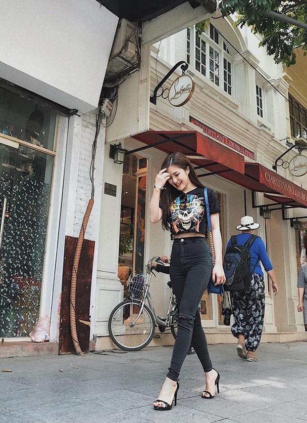 Áo thun quần jeans rách cũng rất hợp với vóc dáng của Hương Tràm. Không cần phải lộng lẫy cầu kì thì Tràm vẫn rất xinh đẹp.