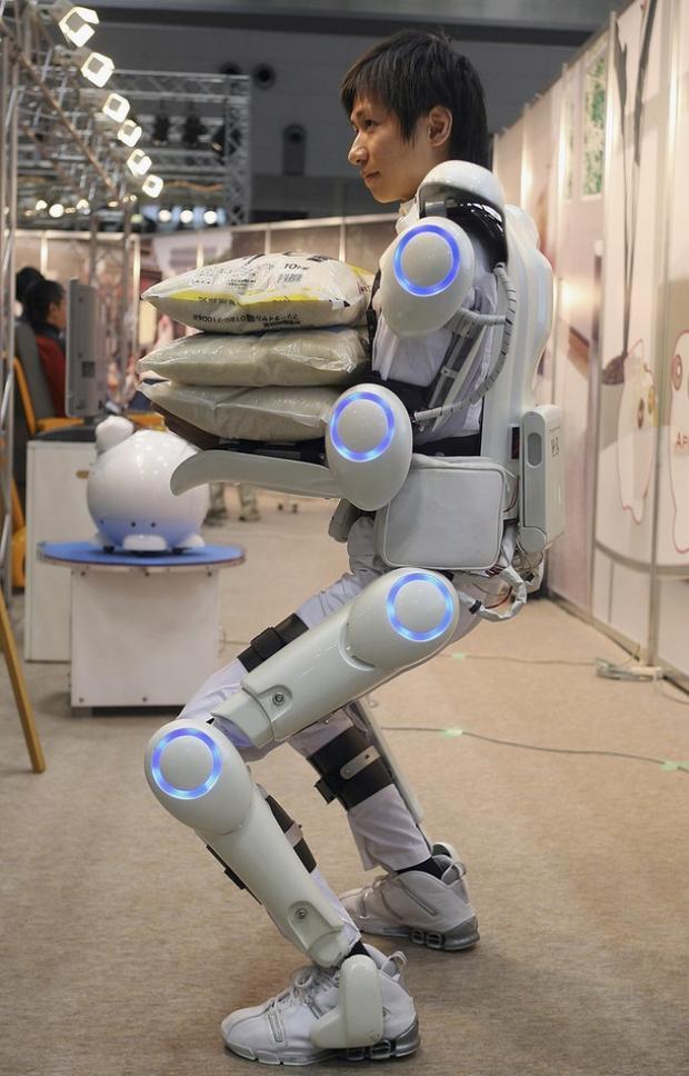 Khi được đeo trên cơ thể người, thiết bị này sẽ có tác dụng kiểm soát cơ bắp và khiến con người cảm thấy có sức mạnh hơn. Nó có giá khoảng 5.000 USD trở lên.