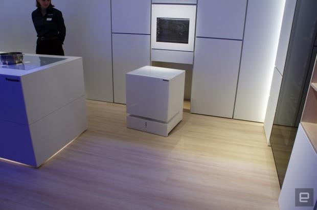 """Tại Nhật Bản, tủ lạnh thông minh đến mức con người có thể """"gọi"""" chúng đến mỗi khi họ cần."""