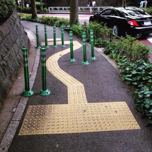 Để ngăn chặn việc người đi xe đạp vượt quá tốc độ cho phép, các kỹ sư ở Nhật Bản đã thiết kế những dải kim loại trên đường.