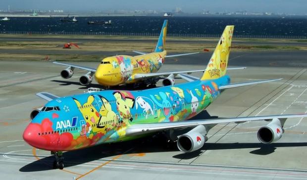 """Chiếc máy bay này quả là """"độc nhất vô nhị"""" khi được phủ kín bởi các con thú huyền thoại trong Pokemon."""