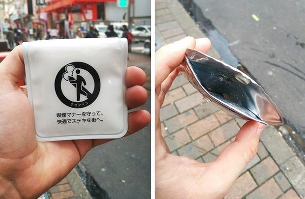 """Tại Nhật Bản, nếu bạn hút thuốc ở nơi công cộng, cảnh sát sẽ đưa cho bạn một túi rác nhỏ để đựng tàn thuốc, thay vì """"rải"""" chúng trên đường phố."""