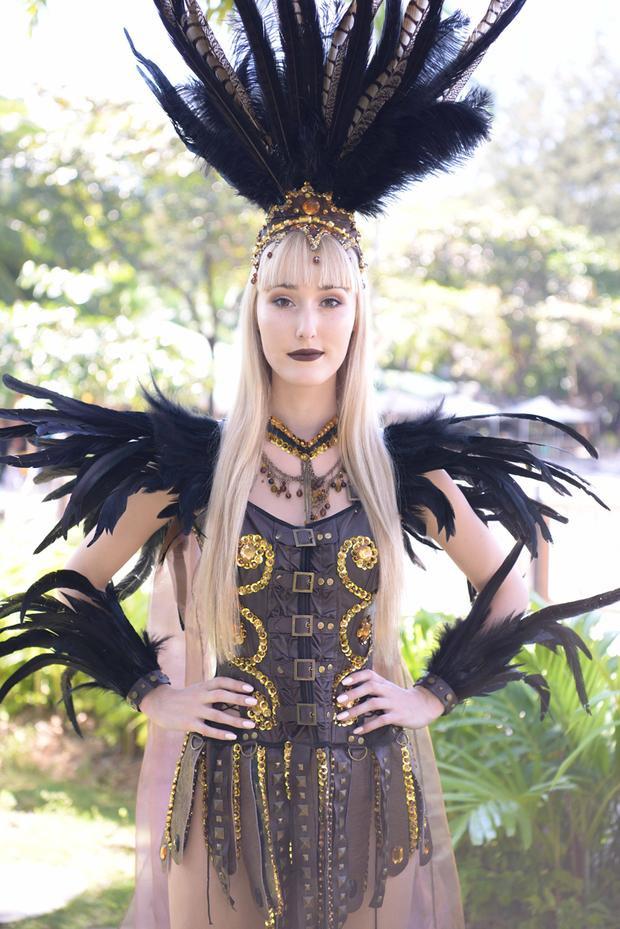 """Những bộ cánh với phần lông vũ trang trí công phu luôn là một """"đặc sản"""" của các cuộc thi nhan sắc quốc tế."""