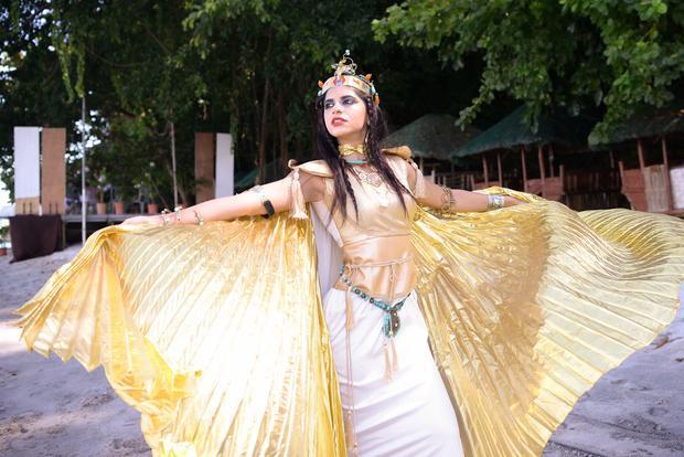 Quốc phục được lấy cảm hứng từ những vị thần chính là ý tưởng của đại diện Ai Cập. Cô còn đầu tư make up, làm tóc để có hình tượng hoàn hảo nhất.